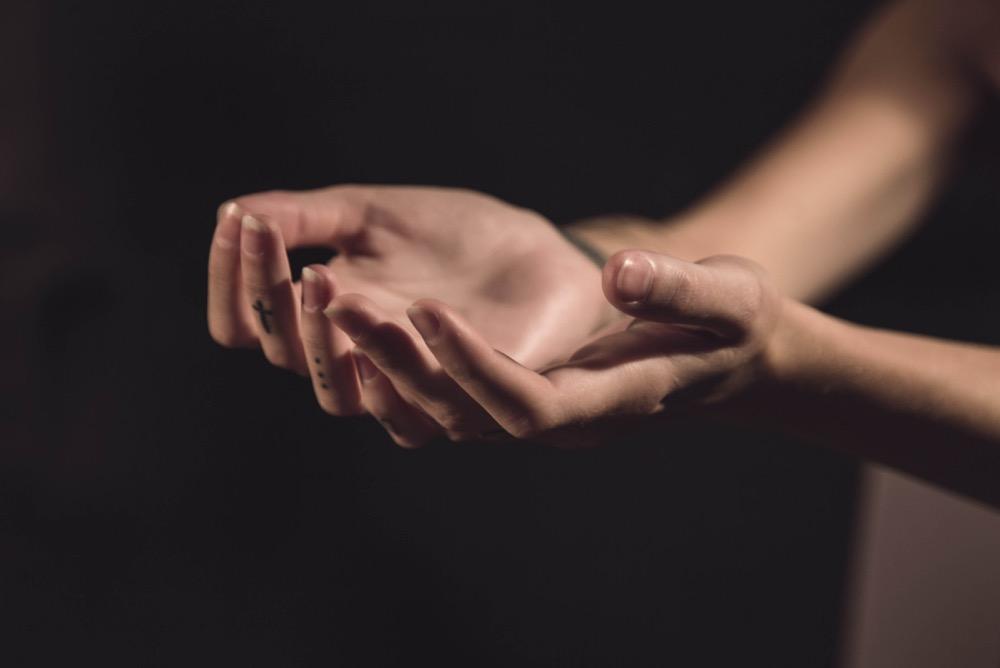 hands-image